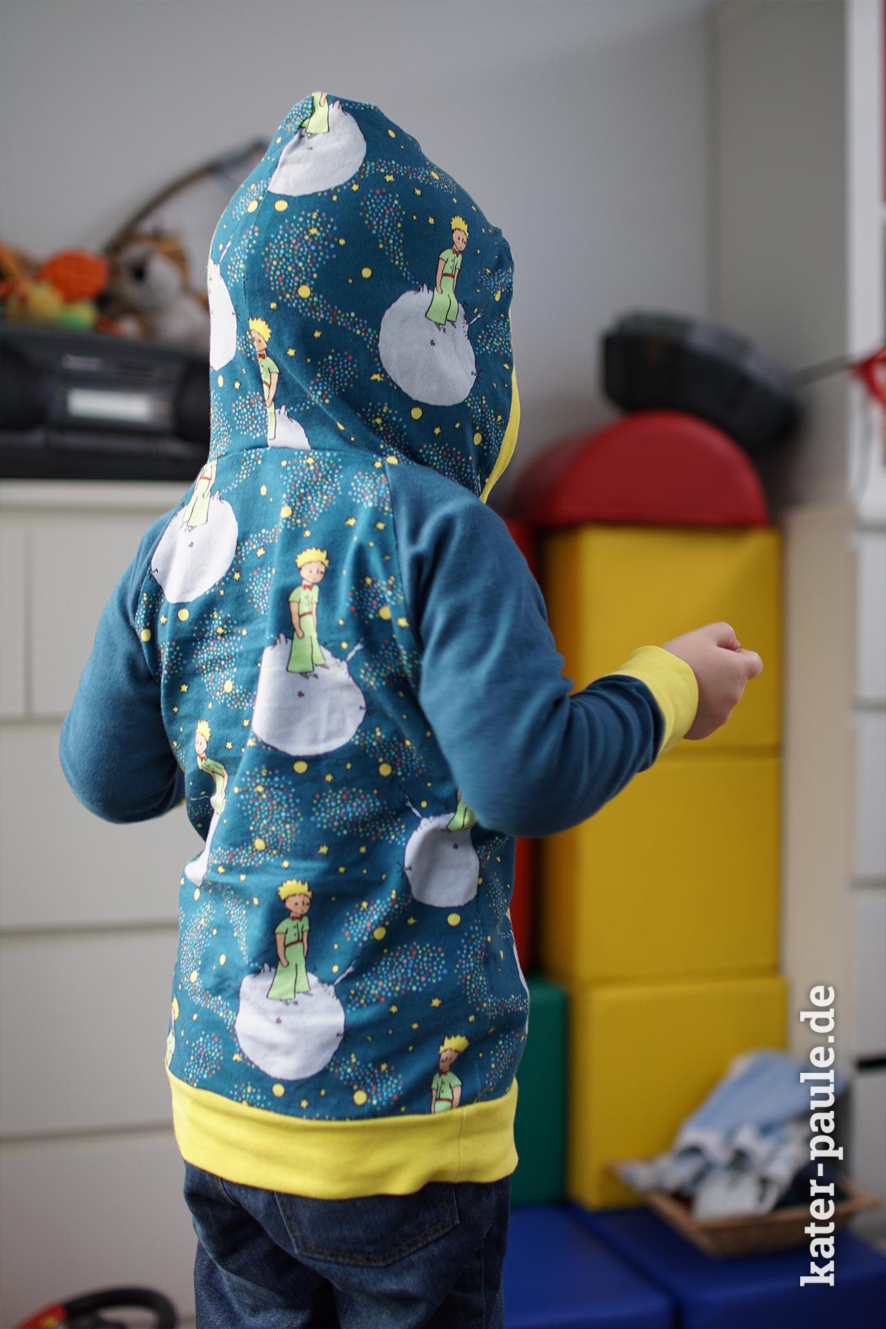 """Raglanpullover nach dem Schnittmuster Svensson in der Hoddie-Variante aus dem """"Der kleine Prinz"""" Jersey, eine Eigenproduktion von EvLi's Needle in Petrol // Kater Paule / Svensson / Raglanpullover / Hoodie / Der kleine Prinz / EvLi's Needle / Kinderkleidung / Pullover / Longsleeve / Jersey / Nähgedöns"""